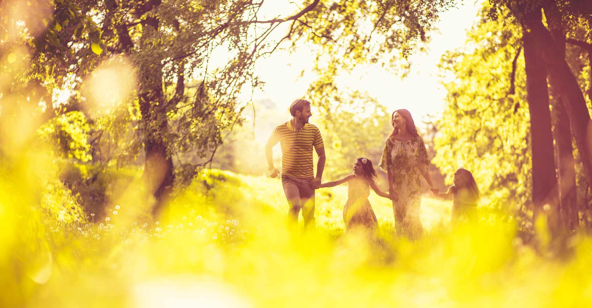 Familie in Natur in Gelb